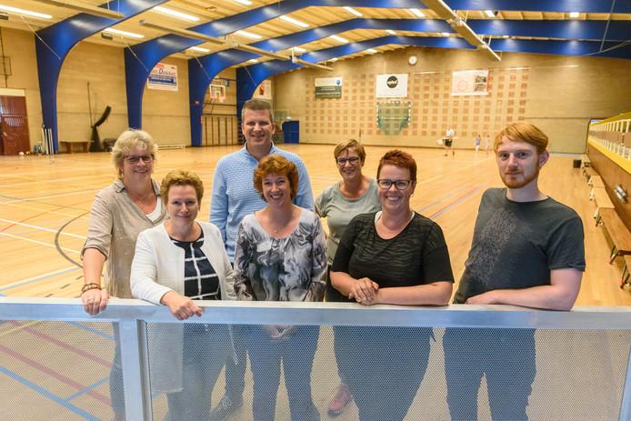 Archieffoto: Sporthal Veldwijk wordt themahal voor volleybal en handbal. (v.l.n.r.) Jaqueline van der Wel (ATC), Karin Bok (Olympia), Gertjan Knook (Webton), Hèla Klaczynski (Webton), Petra Blokhuis (ATC), Carolien Schutten (Olympia) en Lennert Bosman (Donar).
