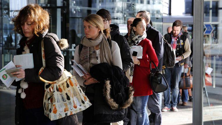 Kiezers voor de gemeenteraadsverkiezingen in de rij bij een stembureau op Rotterdam Centraal. Beeld anp