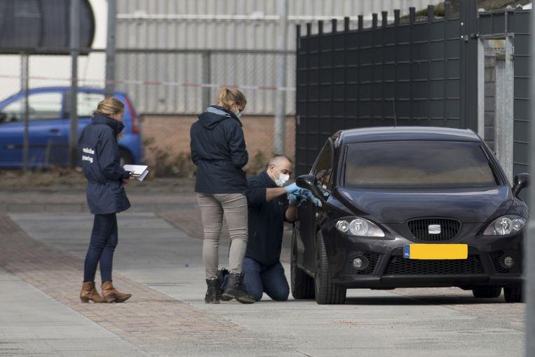 De vluchtauto die uitgebrand werd teruggevonden, nadat de broer van kroongetuige Nabil B. werd doodgeschoten in Amsterdam-Noord.  Beeld ANP