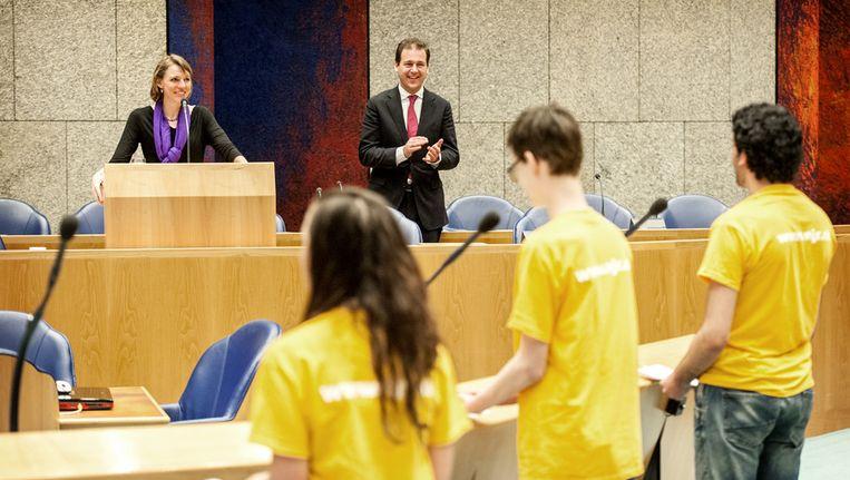 Minister Lodewijk Asscher van Sociale Zaken en Mirjam Sterk, ambassadeur jeugdwerkloosheid, met jongeren in gesprek over jeugdwerkloosheid tijdens het Nationaal Jeugddebat in de Tweede Kamer. Beeld anp