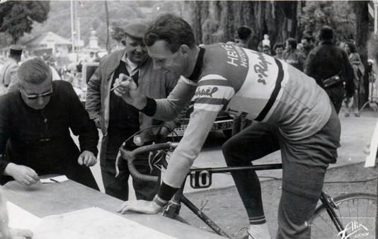 Michel Stolker voor aanvang van een koers, in 1962.