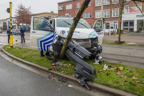 De politiecombi van de zone Lier is zwaar gehavend.