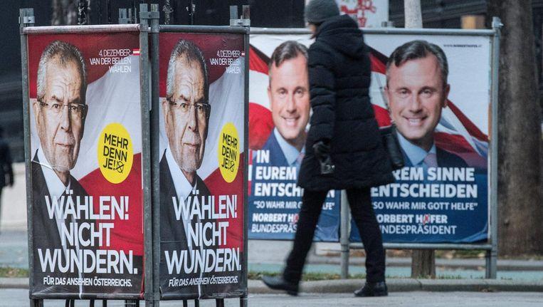 Links de poster van Alexander van der Bellen en rechts van Norbert Hofer Beeld epa