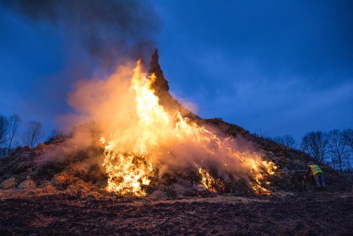 Het paasvuur van Dijkerhoek, in 2018 de hoogste.