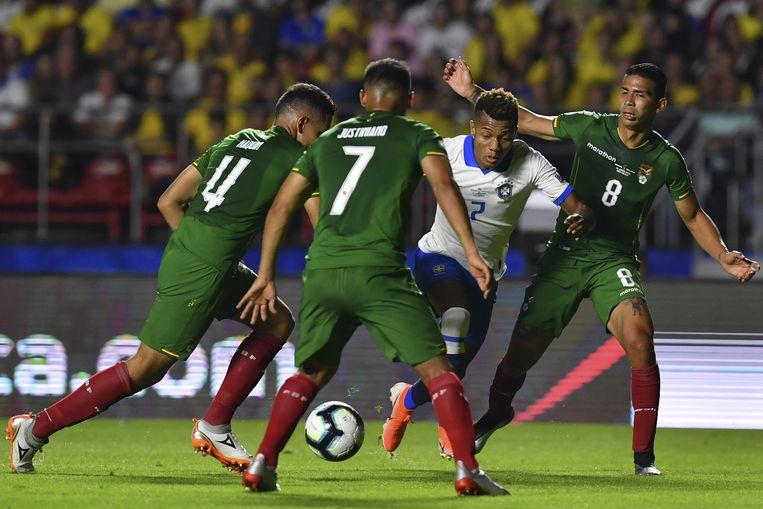 David Neres te midden van drie Boliviaanse verdedigers. De Ajacied speelde tachtig minuten mee in de openingswedstrijd van Brazilië op de Copa América. Beeld AFP