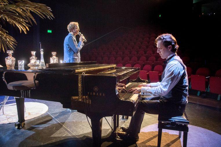 Cabaretier Johan Goossens (links) en Eelco Menkveld doen een soundcheck. Tijdens de voorstelling wordt Menkveld geregeld voor schut gezet. Hij zit er niet mee. Beeld Werry Crone