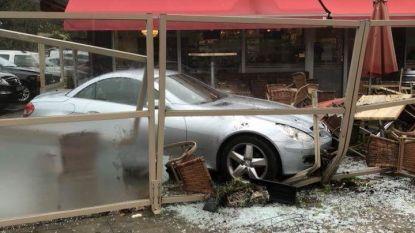 Man (67) rijdt met auto in op terras