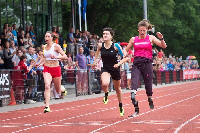 Marlou van Rhijn (rechts) won in 2013 een demonstratiewedstrijd tijdens Nijmegen Global Athletics, zoals de NGA toen officieel nog heette.