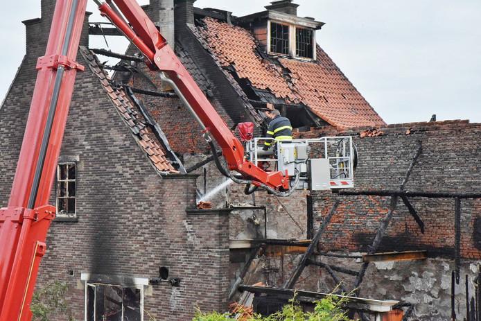 De brandweer is ook de volgende ochtend nog aan het blussen bij de FEBO in Tilburg.