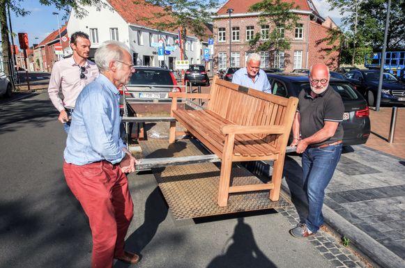De teak zitbank werd vrijdagavond op Hulstedorp geplaatst.