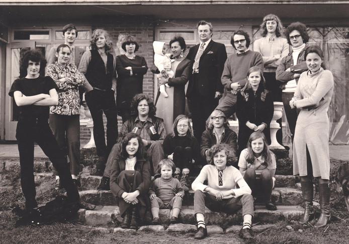 Jan en Agnes Naaijkens laten zich in 1971 omringen door hun twaalf kinderen, partners, een kleinkind en twee pleegkinderen.
