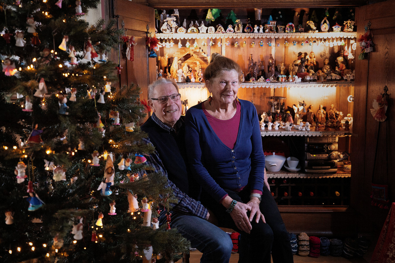Sienie en Harry Scheffers uit Riethoven bij de kerstmarkt in hun kast.