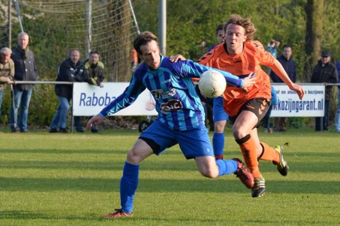 Milsbeek-verdediger Niek Schoofs (links) schermt de bal af voordat Excellent-spits Rick van Koulil erbij kan.