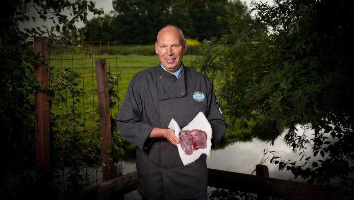 Portret van chefkok Dirk-Jan Polak met twee ganzenfiletjes.