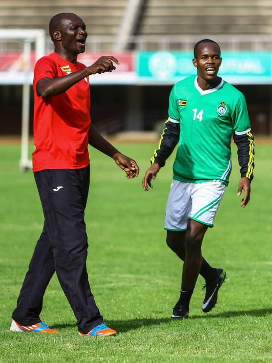 Zimbabwe-bondscoach Callisto Pasuwa en aanvaller Knowledge Musona.