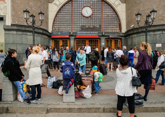 Geevacueerde assagiers wachten voor het Yaroslavsky-station in Moscow.