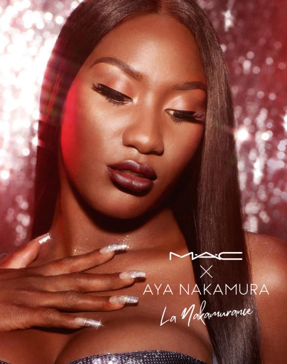 La collection M.A.C X AYA inclus un rouge à lèvres bordeaux mat et un gloss champagne irisé.