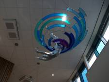 Nieuw kunstwerk in Nijkerks zwembad beeldt 'De Duiker' uit