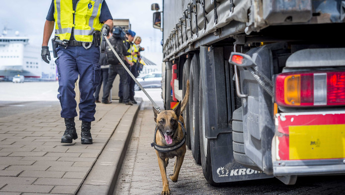 Vrachtwagens die het kanaal over willen worden nu al gecontroleerd op illegale overstekers.