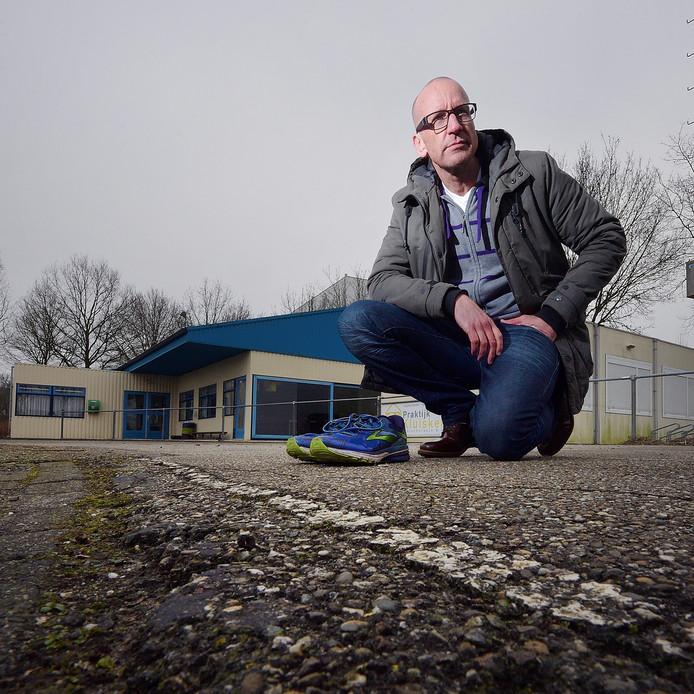 AVR-voorzitter Mark Kamphuis op de slechte asfaltbaan, met het clubhuis op achtergrond.