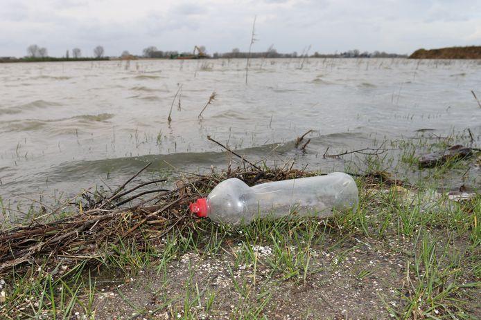 Vervuiling op de oever van de plas Over de Maas.