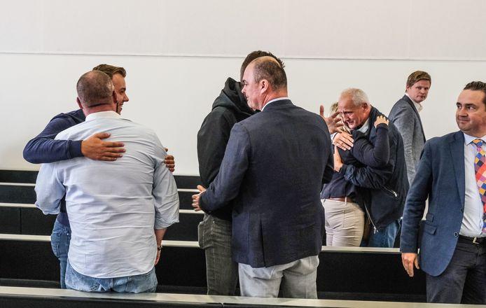 Voorzitter Yves Olivier (met blauwe vest en lichtblauwe broek) en enkele supporters vallen elkaar in de armen na het horen van het vonnis.
