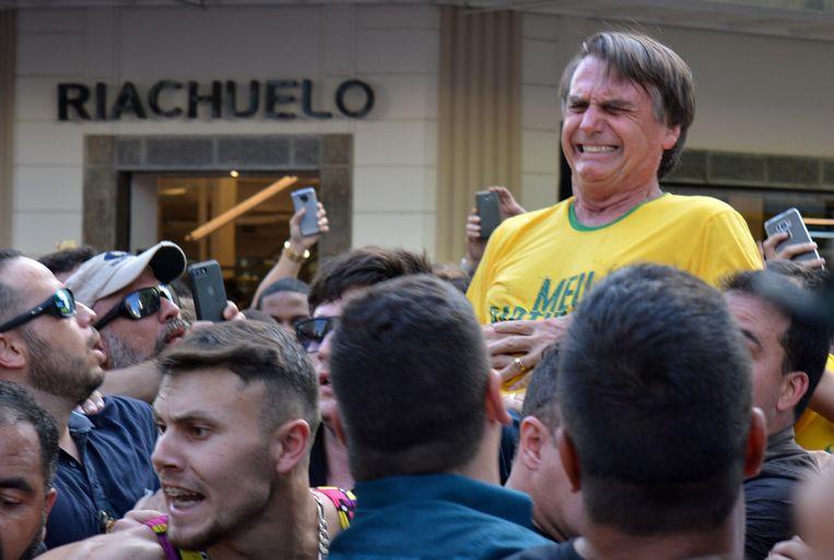 Bolsonaro vlak nadat hij een mes in zijn buik kreeg tijdens een campagnebijeenkomst.