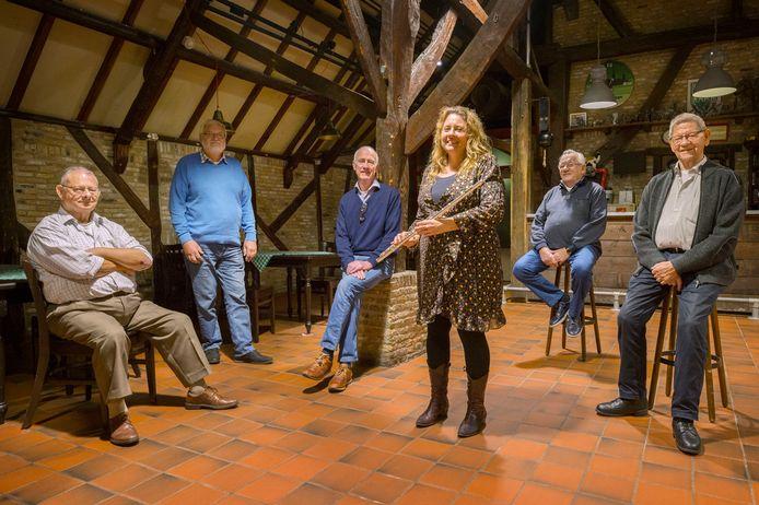 Ad van Caulil (vlnr), Adrie de Bruijn, Wim Karremens, Marian Geurts, Ad Maas en Kees van Caulil van Koninklijke Harmonie Cecilia Princenhage bijeen in de repetitieruimte bij De Koe.