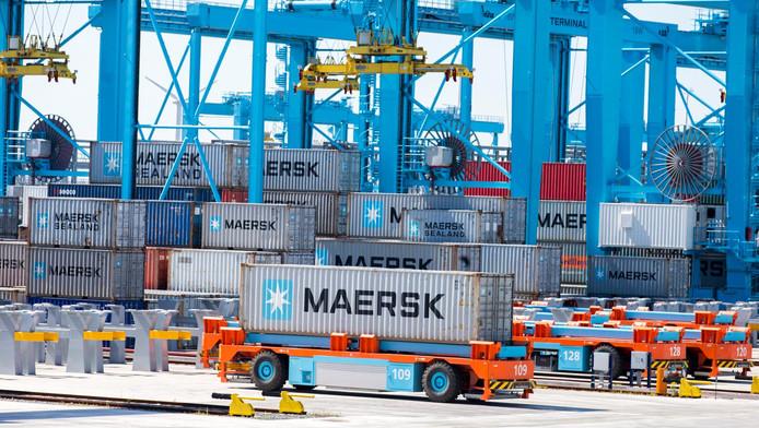 FNV-bestuurder Niek Stam. In de Rotterdamse haven rijden gerobotiseerde voertuigen de containers rond.