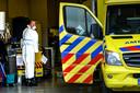 Een collega van de ambulancedienst Zuid-Holland Zuid is bezig met ontsmetten.