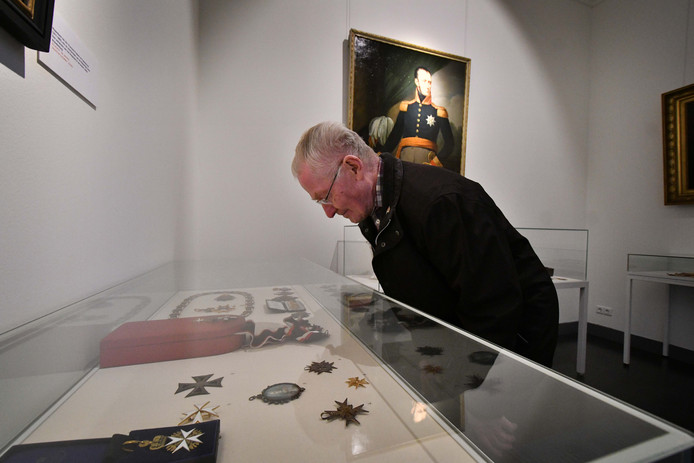 Oud Korporaal der eerste klasse Appie Klein neemt een kijkje bij de bijzondere onderscheidingen. Klein woont sinds vier jaar op Bronbeek.