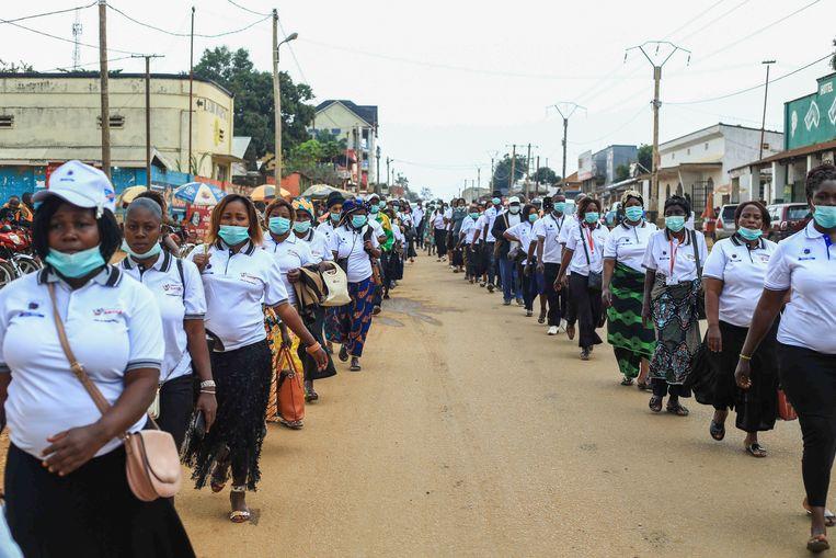 Honderden mensen die ebola overleefden liepen op 8 augustus van dit jaar mee in een mars om te vieren dat een twee jaar durende uitbraak tot een halt was geroepen.  Beeld EPA