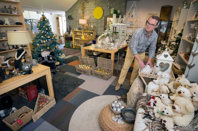 Vrijwilliger Jozef in de kerstwinkel van Stichting Emmaus in Breda.