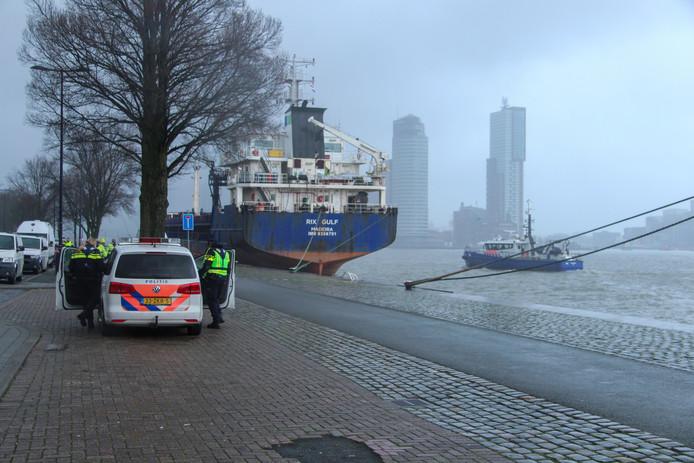 Duikers van de politie zoeken naar de auto.