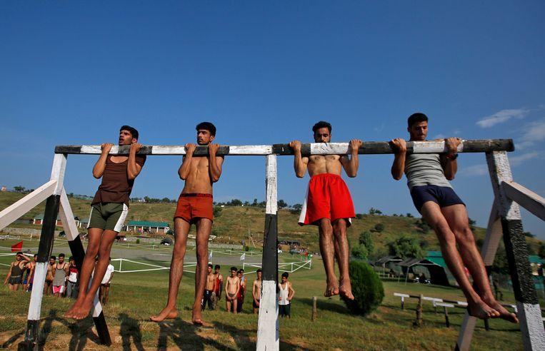 Het Indiase leger werft rekruten, hier in Kashmir, waar de jonge jongens meedoen aan sportactiviteiten.   Beeld REUTERS