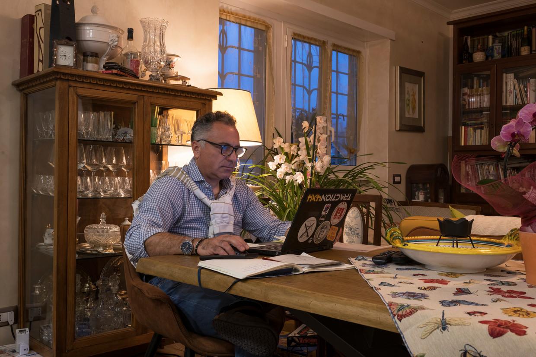 Roberto Giampaolo, 55 jaar oud, aan het werk vanuit huis vanwege het coronavirus.   Beeld Lorenzo Maccotta / Contrasto