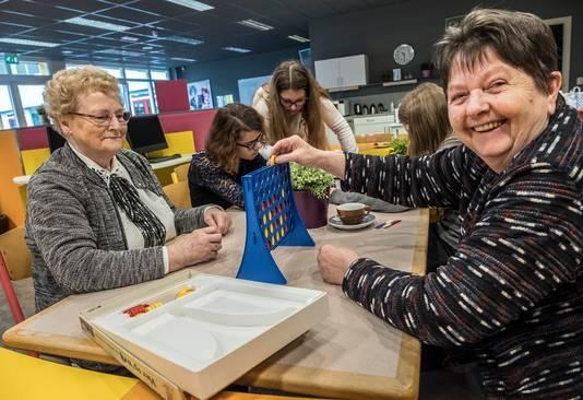 Oma Ineke Bindels lacht de tanden bloot. Zij is op uitnodiging van haar kleinkind Sanne Gerrits op bezoek bij het Elzendaalcollege in Gennep.