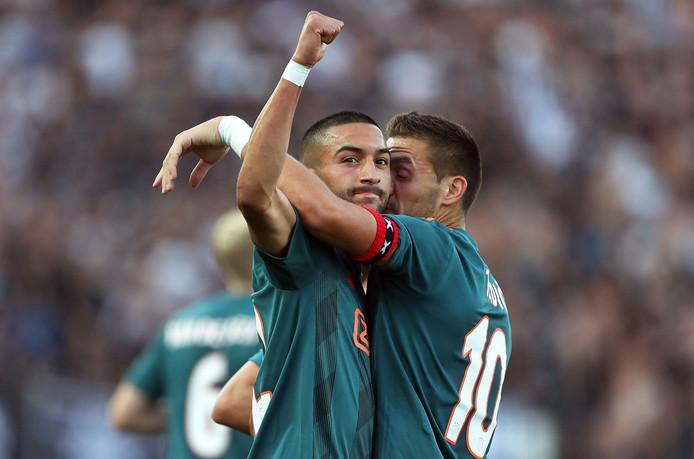 Hakim Ziyech en Dusan Tadic juichen na de eerste goal.