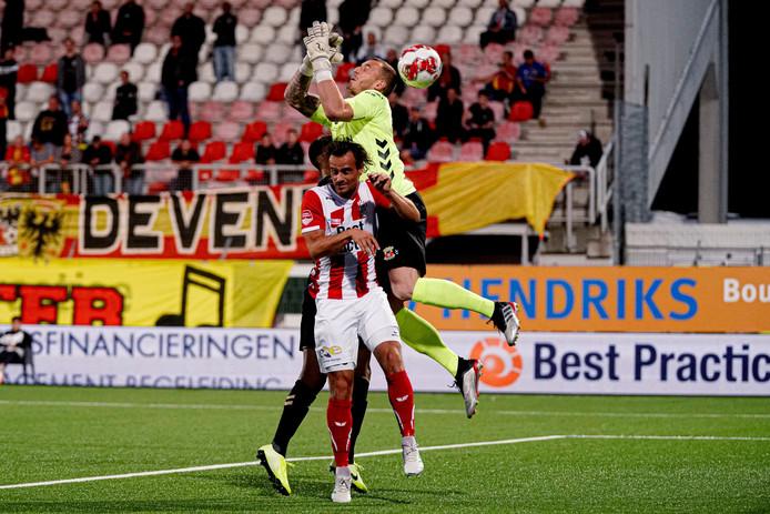 Het gewraakte moment van GA Eagles-doelman Hobie Verhulst, waardoor TOP Oss op voorsprong kwam. Verhulst redde in de slotfase nog wel knap.