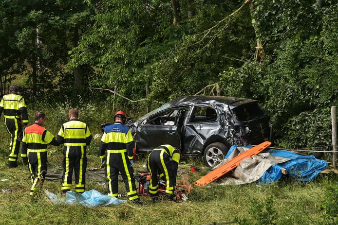 Bij een aanrijding op de A59 viel een dode. Twee personen raakten gewond.