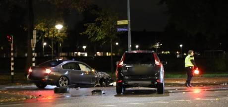 Politiewagen knalt op personenauto onderweg naar verwarde man op dak