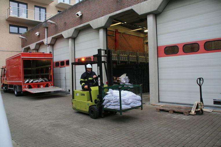 Archieffoto. De brandweerkazerne in de Velodroomstraat in Oostende. De pompiers verzamelen zandzakjes voor een aangekondigde storm.
