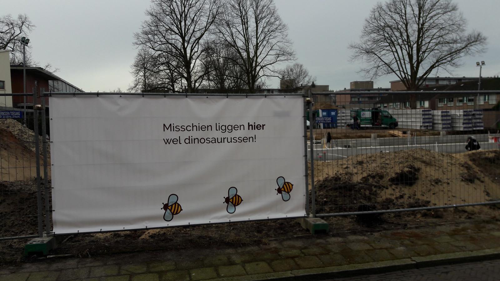 Spandoeken aan de bouwhekken van school de Bijenkorf in Wageningen.