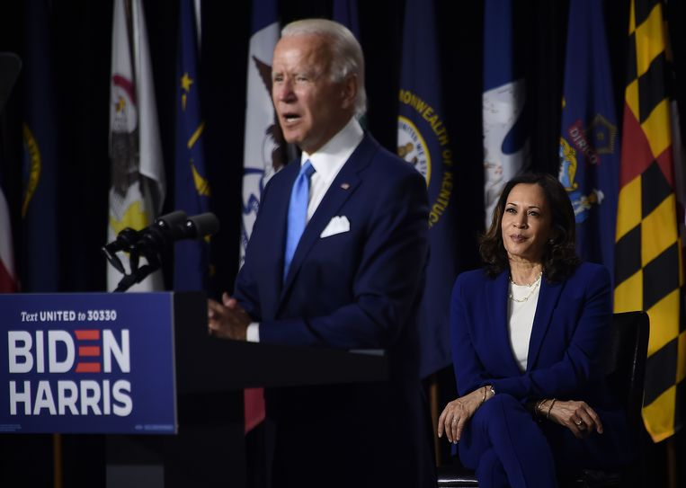 Joe Biden introduceert zijn running mate Kamala Harris (rechts).