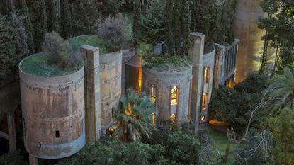 Ongeziene renovatie: architect bouwt oude cementfabriek om en woont hier nu