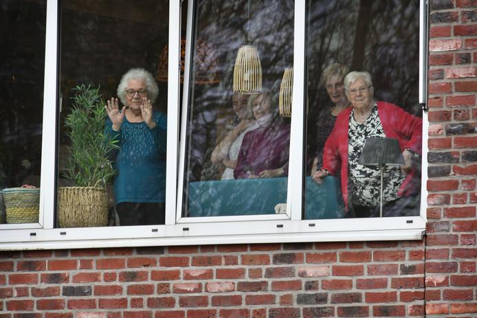 Veilig achter het glas genieten bewoners van het gesloten verpleeghuis Bruggerbosch van de muziek van Gert Ekkelboom.