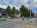 De Oude Vest in Breda, bij de ingang van de Molenstraat. Auto's rijden hier straks alleen nog aan de rechterzijde. Links komt dan een apart fietspad te liggen in een groenstrook.