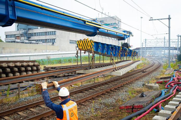Begin deze week. Het intakelen van rails en dwarsliggers. De hele bocht aan de westkant van station Zwolle is straks vernieuwd. Op de achtergrond de contouren van City-Post, het voormalige postsorteercentrum.