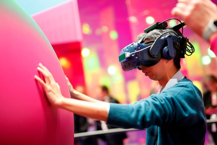 Een bezoeker van het Mobile World Congress probeert een virtualrealitybril uit.