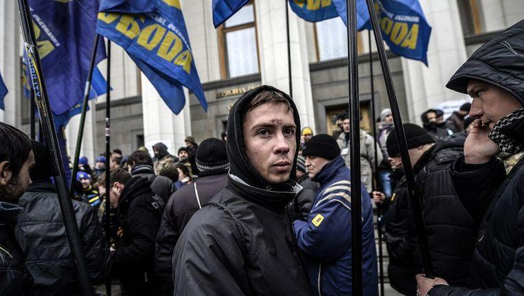 Demonstranten met partijvlaggen van de Svoboda-partij. Beeld afp